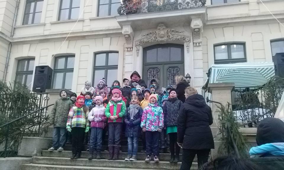 Die dritten Klassen der Clara-Wieck-Schule singen Weihnachtslieder. Foto: Claudia Möbius