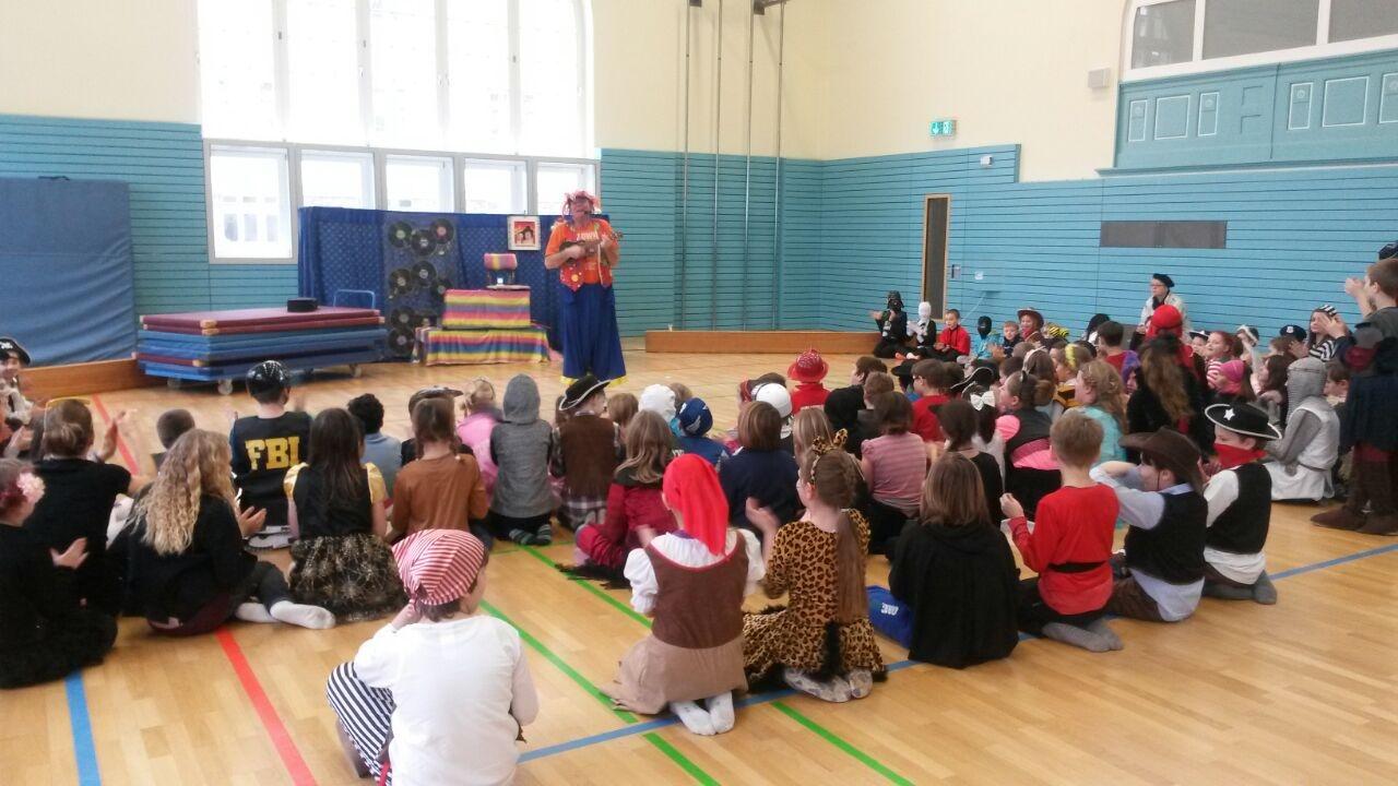 Närrische Kids: In der Turnhalle brachte Dudel-Lumpi die Kinder zum Lachen. Foto: CWS